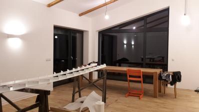 březen - podlahy položené, světla  svítí, ještě chybí vybrat světlo nad jídelní stůl, ale to bude asi běh na dlouhou trať...