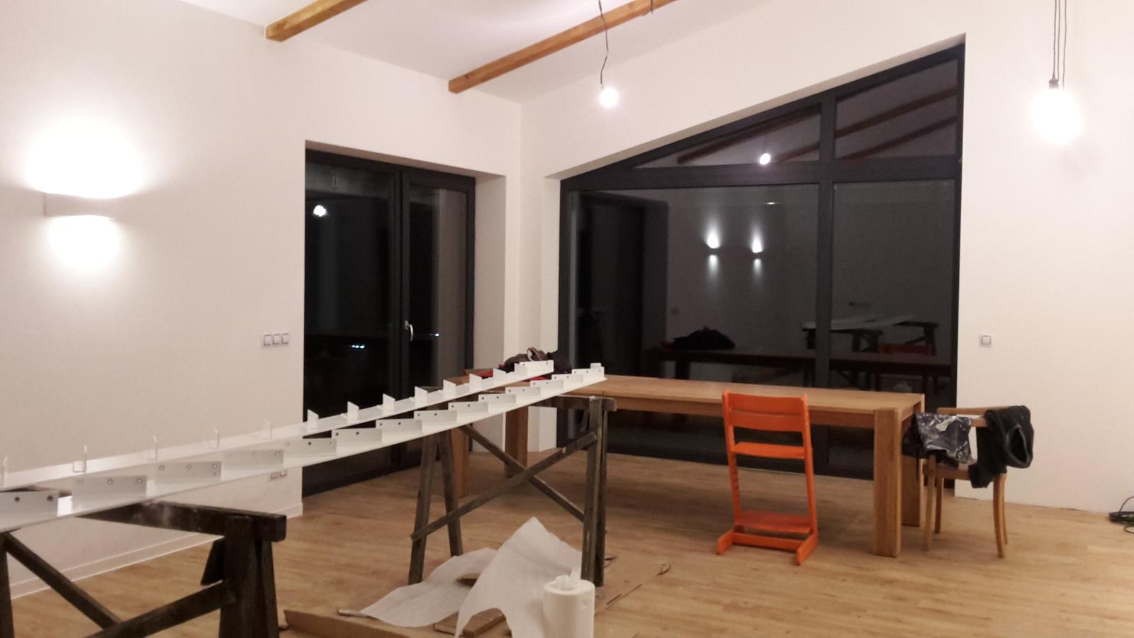 Domeček - březen - podlahy položené, světla  svítí, ještě chybí vybrat světlo nad jídelní stůl, ale to bude asi běh na dlouhou trať...