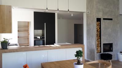 Kuchyň skoro hotova, ještě dveře do spíže, stěrka  na zeď, mikrovlnka. ...