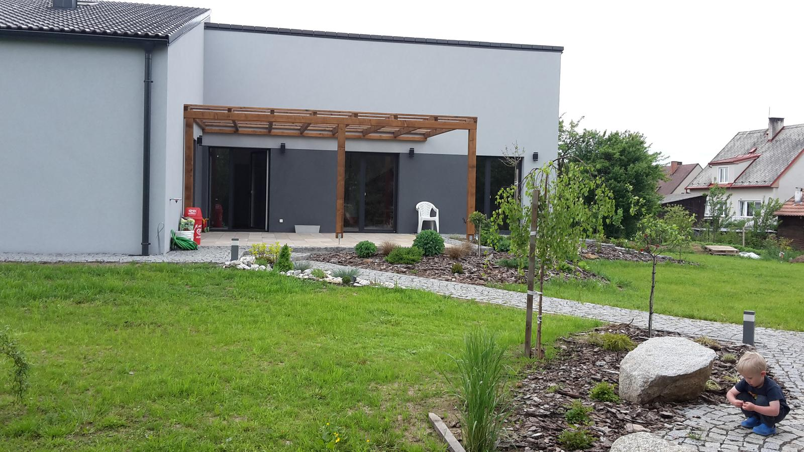 Domeček - Na terase nová pergola, ještě musíme vymyslet , čim ji zastřešit  .