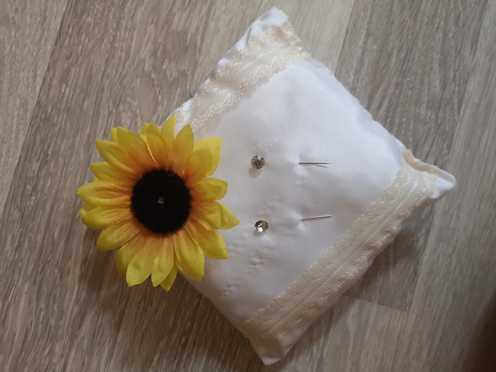 Handmade vankúšik pod prstienky so slnečnicou - Obrázok č. 1