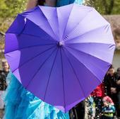 Fialový dáždnik v tvare srdca,