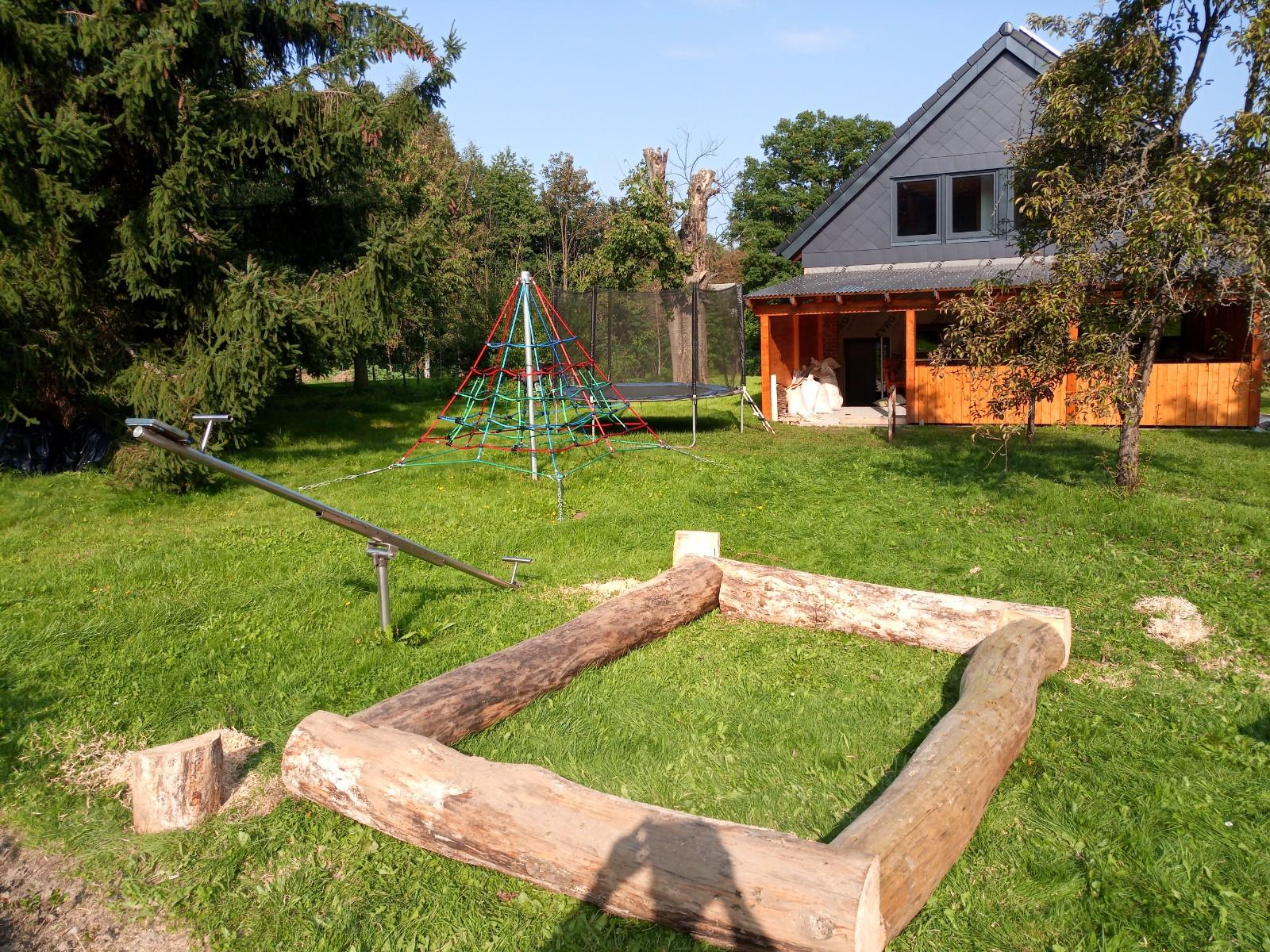 Dnes se budovalo něco pro děti.Příprava na houpačky a pískoviště. - Obrázek č. 1