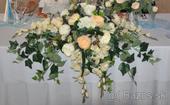 Kvetinová dekorácia na stôl mladomanželov,