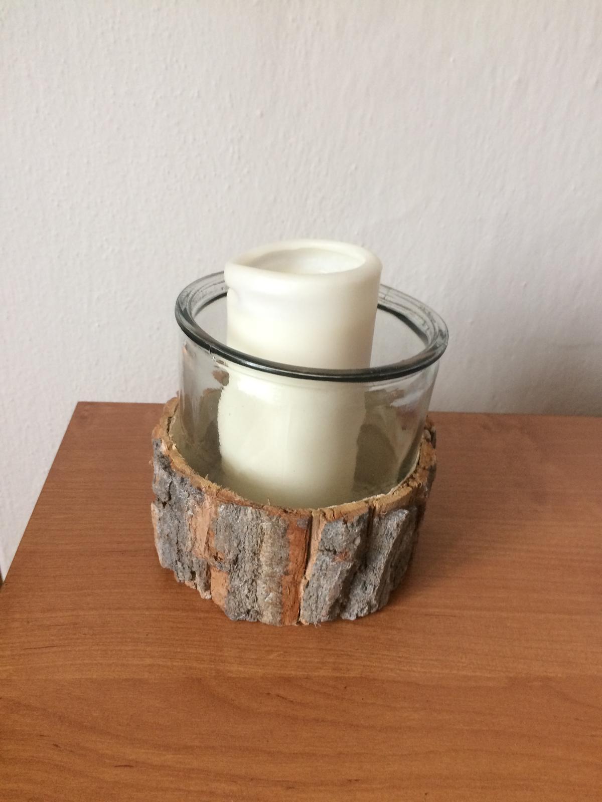 Skleněný svícen s dřevěným dekorem - Obrázek č. 1