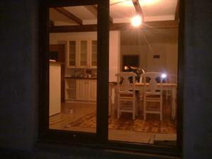 Takto vyzerá moja kuchynka večer cez okno