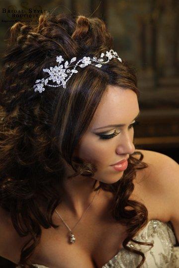 Predstavy a sny 29.10.2011 - Zaujala ma zdobená čelenka, pekne to vyzerá vo vlasoch.