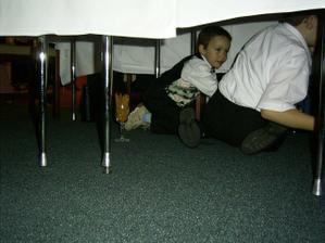 poniektorí skončili aj pod stolom