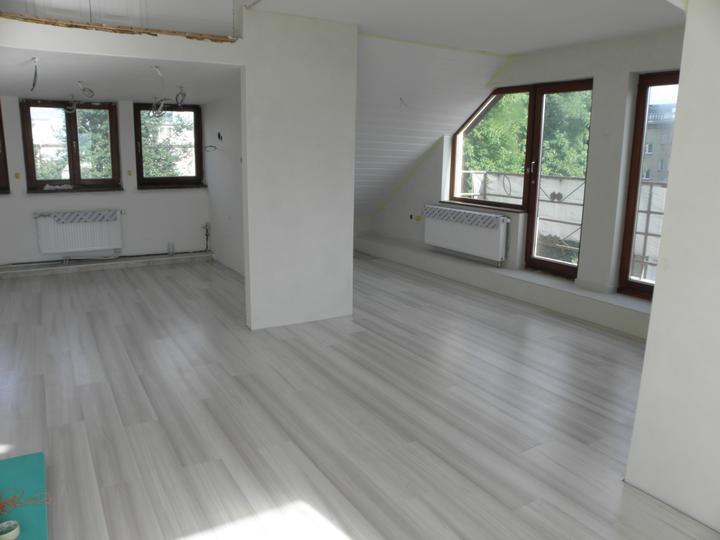 Kompletná rekonštrukcia nášho bytu - podlaha v obývačko-kuchyni položená :)