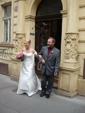 Taťka vede nevěstu