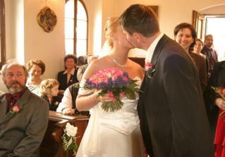 první novomanželské políbení :)