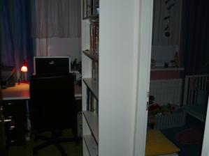 rozdelená izba, menšia časť manželová pracovňa a o niečo väčšia detská
