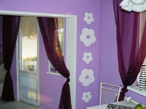 na stenu vedľa kvetiniek prídu biele poličky aké sú nad mikrovlnkou