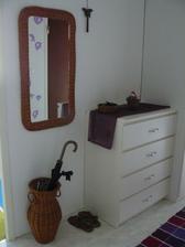 chodba, pri spomínanej rekonštrukcii kúpelne a WC vymeníme aj podlahu /teraz pôvodná po starom majiteľovi/ za biele laminátové parkety aké sú v kuchyni a obyvke