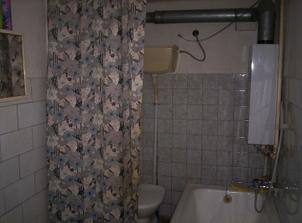 Stará kúpeľňa. Dúfame, že z toho bude dielňa alebo hosťovská so samostatným vchodom zvonku.