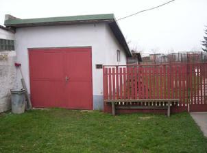 Dvor s garážou