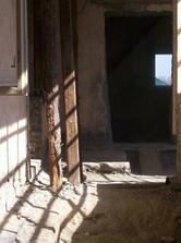 Vyberali sa dvere, búrali steny..