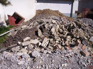 V podlahách sa našlo kadečo. Škvára, piesok, štrk, nejaké trúbky, odpadky, hlina...
