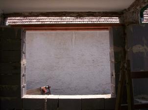 Ďalší problém, ktorý sa vyskytol. Pri vyberaní kovových okien nám spadla celá stena od dvora..Nemala základ. Celé tie roky ju držali len tie okná..