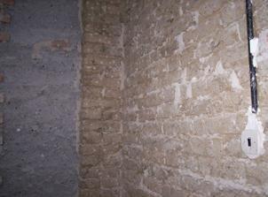 A takéto steny nás prekvapili v kuchyni a špajzke. Nepálená hlinená tehla. Ak to môžem nazvať tehlou..