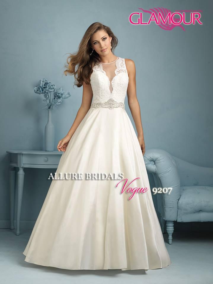 Svadobný salón GLAMOUR OF ANGELS - Vogue 9207 od Allure máme v bielej farbe a 2 veľkostiach 34/36 a 38/40