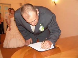 a stvrzeno podpisem