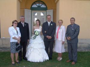 novomanželé s rodici