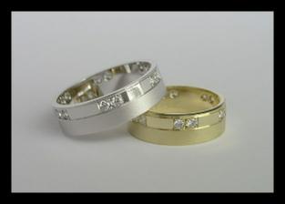 Máme vybráááno! :O) Tak nakonec jsme změnili i prstýnky! :O)) Ženich ma ten samej skoro (žlutej), já úplně jinej! Až budou doma, nafotííím! :O)