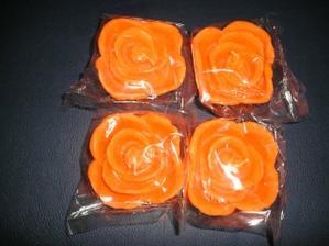 takéto sviečky v tvare ružičky budeme mať na stoloch