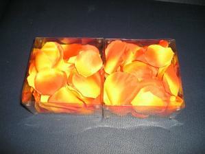 a už mám aj poslednú vec na výzdobu stolov-lupienky oranžových ruží