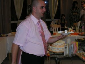môj manžel roznáša tortu