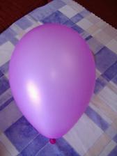Balónky nesmí chybět, budou lila a bílé