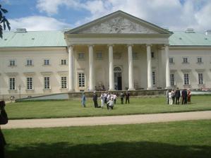Pohled na průčelí zámku a svatebčany