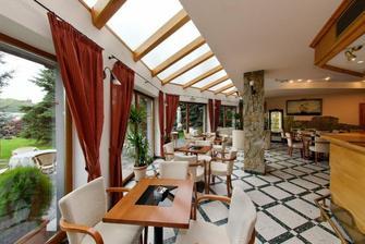 Recepcia hotela so zahradnou terasou, kde bude svadba:)