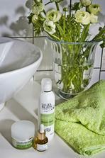 Svieža zelená v bielej kúpeľni...