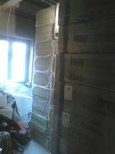 80 balíkov nobasilu na fasadu je doma...to sme si vymysleli zábavku, po jednom balíku po daždi a vetre nosit do domu :/