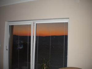 púšť za oknom v obývačke