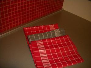 červené a šedé to sú utieročky presne do mojej kuchynečky