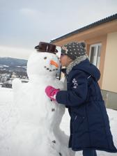 o desať rokov sa pred domom takto bude bozkávať , ale snehuliak to asi nebude...