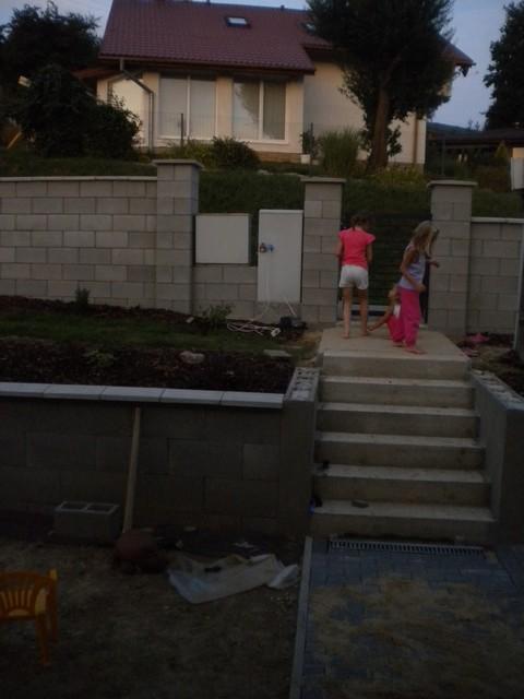 Ako zapojiť deti do práce na dome... - deti majúp plážovú párty a my zašpárovanú zamkovú dlažbu...:-)
