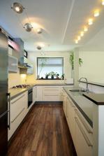Takuto kuchynu by som chcela na velkost... namiesto umyvadla varic, okno podlhovaste a pod neho dvojdrez, na stenu vedla ruru, mikrovlnku a chladnicku na dalsiu stenu