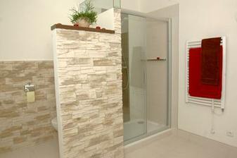 dobre vyuzity priestor - WC schovane za stienku - stacila by aj nizsia! + pekny obklad...