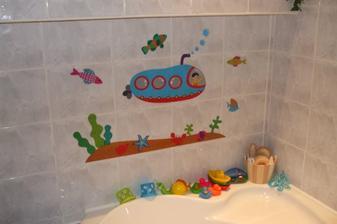 šedá - myšacia kúpelňa potrebovala trošku oživiť... syn bol maličký, tak som mu spravila radosť nálepkou...