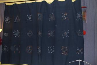 trochu farby na textil, zopár vymyslených vzorov a origoš záves je na svete... :D
