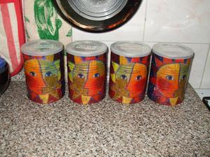 servítková technika na konzervách od dojčenského mlieka... a nádobky na bylinky sú na svete...