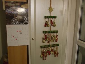 minulý rok som bola doma na rizikovom, tak som okukala jeden nápad z netu a urobila synkovi Adventný kalendár s čoko. maškrtkami...