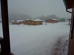 A dnes 7.1.2012 konečně poprvé trochu větší sněhová nadílka :-) Jen ty mrazy jaksi chyběj