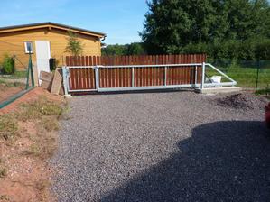 Krásná brána!!! :-) Místo těch desek vlevo samozřejmě ještě přijde pár planěk jako zbytek plotu, ale už jsem to nevydržela a musela to vyfotit :-)