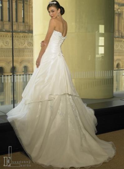 Lucka a Misko sa budu svadbit 19.1.2008 - moje svadobne saty zozadu