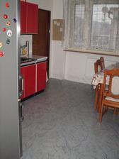 pohľad zo vstupu do kuchyne a v pozadí sú dvere do špajzky